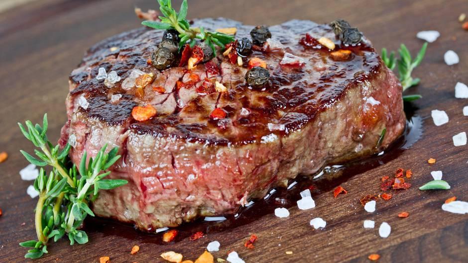 """Wie wird Fleisch schön zart?  Thomas Bühner, Drei-Sterne-Koch im Osnabrücker Restaurant """"la vie"""", empfiehlt, das Fleisch bereits eine Stunde vor der Verarbeitung aus dem Kühlschrank zu nehmen. Im Fachjargon nennt man diesen Schritt """"temperieren"""". Wozu das gut ist? Abgedeckt auf einem Teller nimmt das Fleisch langsam und schonend Zimmertemperatur an. Würde man es direkt aus dem Kühlschrank in die heiße Pfanne oder auf den heißen Grill legen, leidet die Zellstruktur und das Fleisch wird leicht zäh und hart. Daher: Ein bisschen mehr Zeit einplanen und den Temperaturwechsel vorsichtig, Schritt für Schritt gestalten. Wir mögen es schließlich auch nicht, wenn jemand plötzlich mit einem eiskalten oder gar allzu heißen Eimer Wasser im die Ecke kommt..."""