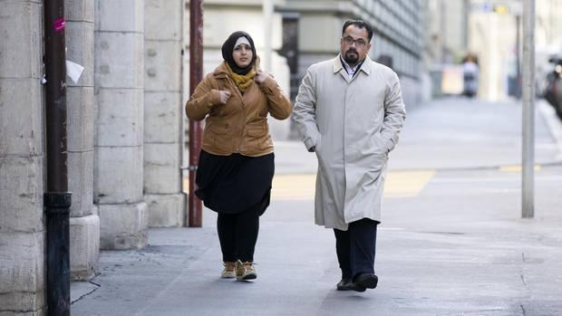 """""""Jeder muss für seine Taten selber Rechenschaft ablegen"""": Suha Alhussein Jneid (l.), und ihr Ehemann Omar Jneid auf dem Weg zum Gericht in Bern"""