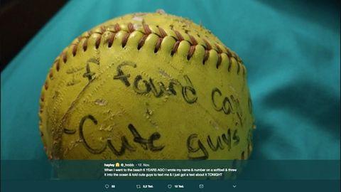 """Der Softball mit den Worten """"If found call – cute guys"""""""