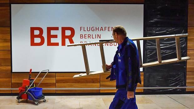 Eine Bauarbeiter auf der Baustelle des Pannenflughafens BER