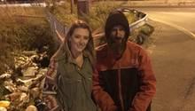 Junge Frau und Obdachloser
