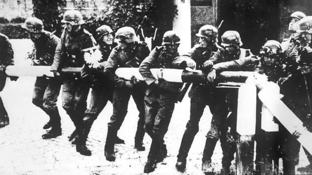 Deutsche Soldaten zerstören den Schlagbaum an der deutsch-polnischen Grenze in der Nähe von Danzig