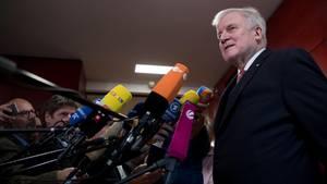 Horst Seehofer, Bayerns Ministerpräsident, teilt mit: noch nichts. Donnerstag Abend soll die Entscheidung verkündet werden.