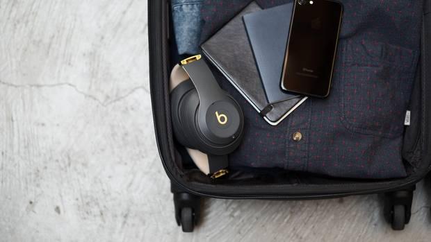 Die Welt draußen abschalten, mit nur einem Knopfdruck - wenn das nur möglich wäre. Wäre? Ist es längst: Noise-Cancelling-Kopfhörer, die den Lärm von Flugzeugturbinen und Zügen quasi nebenbei ausblenden, erfreuen sich vor allem bei Pendlern und Geschäftsleuten großer Beliebtheit. Seit wenigen Monaten hat auch Beats mit dem Studio 3 Wireless ein eigenes Modell. Der Klang ist ausgewogen, der Clou ist der Akku: Er hält bis zu 40 Stunden. Genug, um einmal nach Australien und wieder zurück zu jetten. Erhältlich ins sechs Farben, 350 Euro