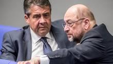 SPD-Chef Martin Schulz (r.) mit seinem Amtsvorgänger Sigmar Gabriel (Archivbild)