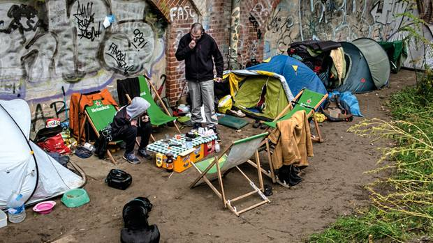 Zeltlager: Dennis (r.) und andere Obdachlose campieren am Bahndamm