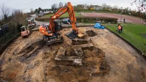 Bagger zerstört riesiges Hakenkreuz auf Hamburger Sportplatz