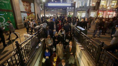 Fahrgäste gehen in die U-Bahn-Station Oxford Circus in London