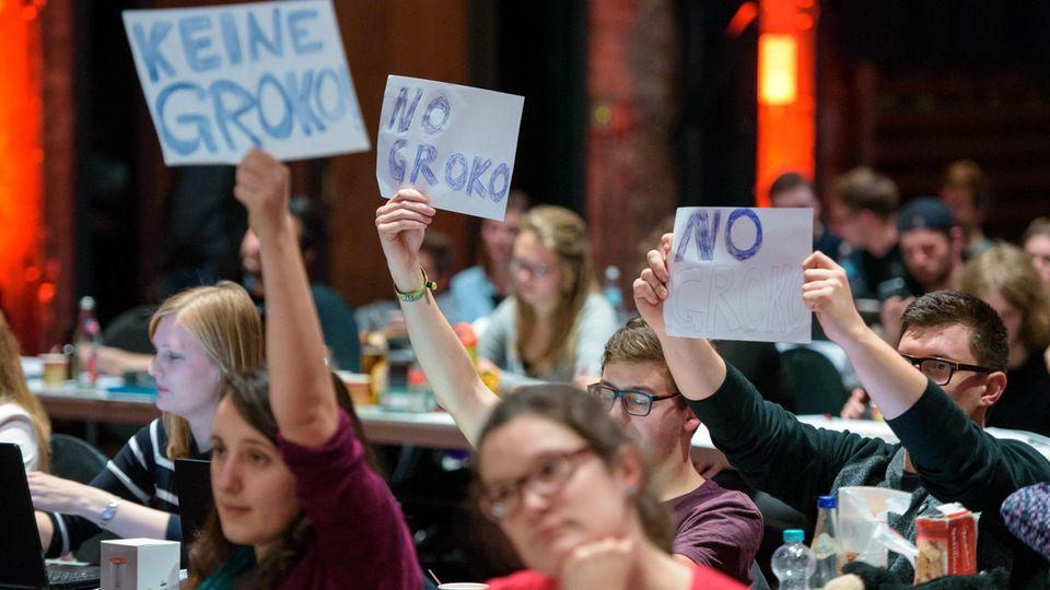 Juso-Delegierte halten SPD-Chef Martin Schulz Schilder entgegen: Keine Groko