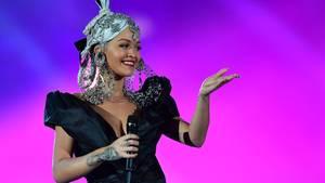 """25. November 2017  Geständnis: Rita Ora ließ Eizellen einfrieren  Erst Karriere und später eine große Familien gründen - so lautet der Lebensplan der britischen Sängerin und Schauspielerin Rita Ora. In einem Interview in der australischen Fernseh-Show """"Sunrise"""" erzählte die heute 26-Jährige, dass sie auf Anraten ihres Arztes bereits im Alter von 20 Jahren einige Eizellen hat einfrieren lassen. """"Du bist jetzt gesund und das ist toll. Warum verwahrst du nicht einige Eizellen auf, und du brauchst dir keine Sorgen mehr zu machen?"""", habe er ihr gesagt. Die in Pristina im Kosovo geborene Sängerin sprach auch von ihrem Wunsch, später auch eine Großfamilie zu haben."""