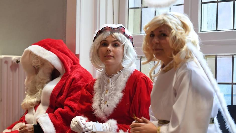 In diesem Jahr sind Weihnachtsfrauen schwer im Kommen. Das Bild entstand am Samstag bei der Vollversammlung der Weihnachtsmänner und Weihnachtsengel des Studentenwerks Berlin.