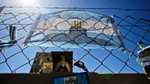 Eine argentinische Fahne mit dem Bild eines U-Boots hängt am Zaun der Marinebasis in Mar del Plata.