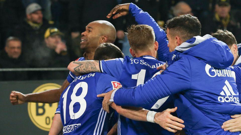 BVB - Schalke: Torjubel nach dem Schalker 4:4 durch Naldo