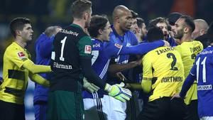 Heftige Rangelei nach dem Derby zwischen Spielern von Dortmund und Schalke