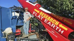 Der Amerikaner Mike Hughes neben seiner selbstgebauten Rakete in Kalifornien
