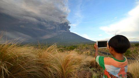 Gefährliches Naturschauspiel: Vulkan auf Bali schießt Aschewolke zwei Kilometer in die Höhe