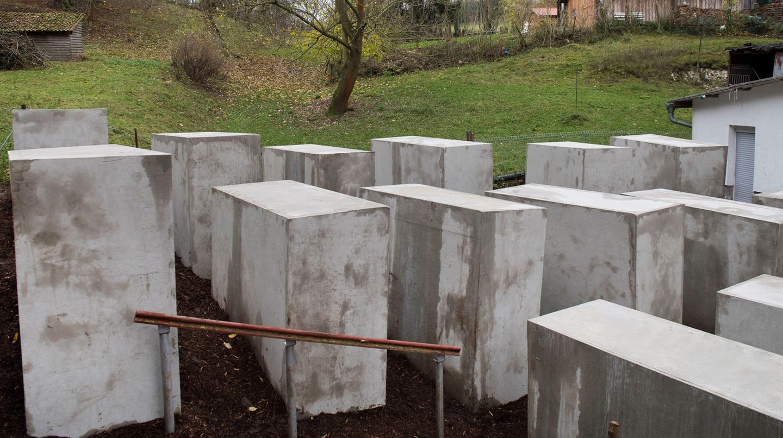 Um das Nachbargrundstück der Familie Höcke inin Bornhagen im Eichsfeld anzumieten, agierte die Künstlergruppe verdeckt
