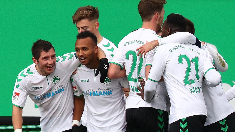 Jubeltraube der Spieler von Greuther Fürth - Sie haben 4:0 gegen St. Pauli gewonnen