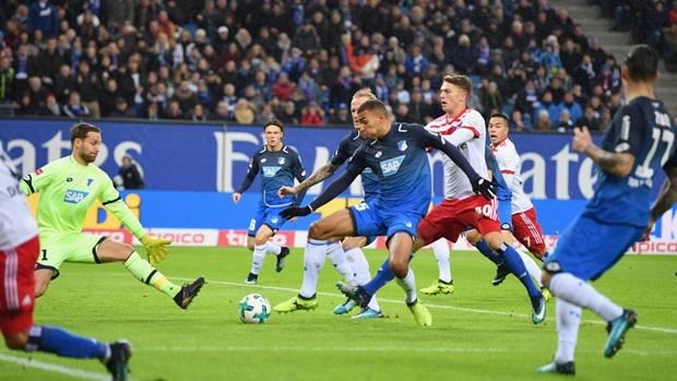 Gleich steht's 1:0 für den HSV: Hoffenheims Akpoguma überwindet den eigenen Torhüter