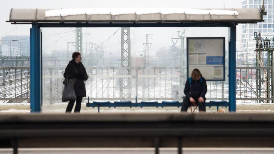 Düsseldorf 85-Jähriger ruht sich acht Minuten an Haltestelle aus - Bußgeldbescheid