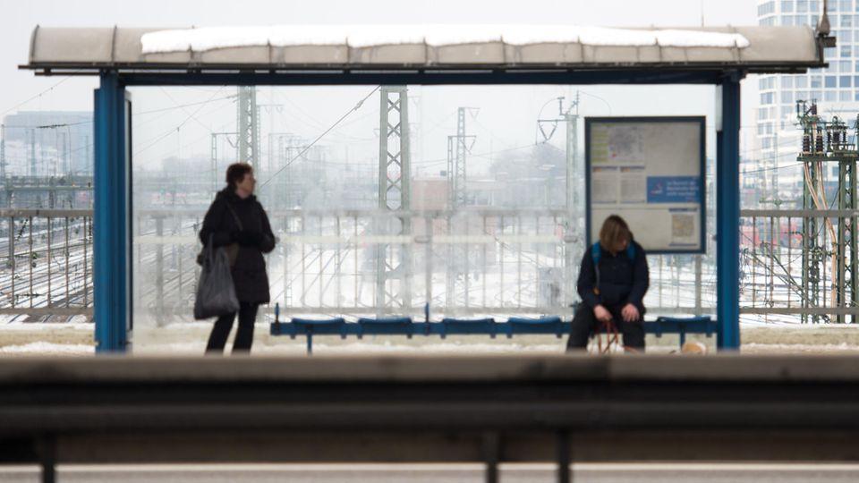 Ein Mann sitzt an einer Bushaltestelle - Die Stadt Düsseldorf hat dafür 35 Euro Strafe verhängt