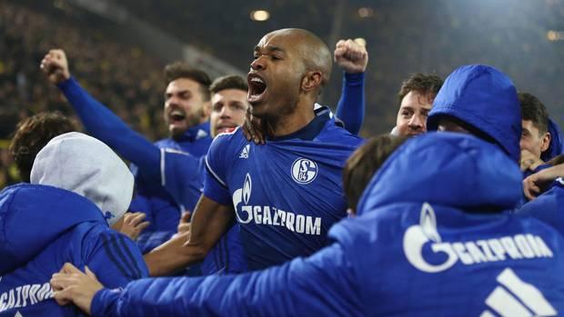 Schalke-Spieler um Torschütze Naldo jubeln nach dem 4:4 gegen den BVB