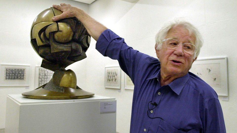 """Fritz Koenig mit einem Modell der """"Sphäre"""" im Landshuter Skulpturenmuseum"""