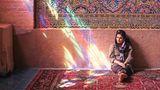 In einer Moschee in Shiraz: Wenn morgens die Sonne durch die Fenster scheint, leuchten Teppiche und Fenster in spektakulären Farben.