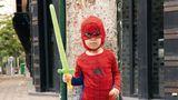 Kind im Spiderman-Kostüm: Die jüngste Generation hat weniger Berührungsängste mit amerikanischer Kultur als regierungstreue Bürger.