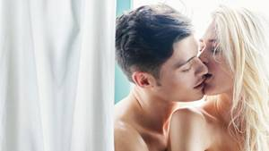 Ein braunhaariger Mann und eine blonde Frau, die sich küssen