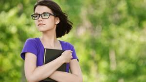 Eine junge Frau blickt nachdenklich in die Ferne