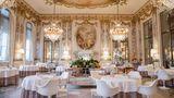 Restaurant Le Meurice, Paris  Das Restaurant des französischen Spitzenkochs Alain Ducasse erinnert an ein Esszimmer in Versaille: Antike Spiegel und Kristalllampen verschönern das 5-Gänge-Menü. Für etwa 380 Euro kriegt man Langustinen, Käse und Desserts.