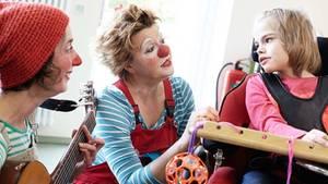 Klinik-Clowns Socke (li.) und Petronella im Einsatz im Aegidius-Haus
