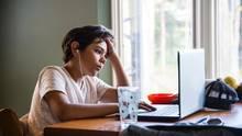 Fortnite-Klage: Ein Junge sitzt verzweifelt vor seinem Laptop