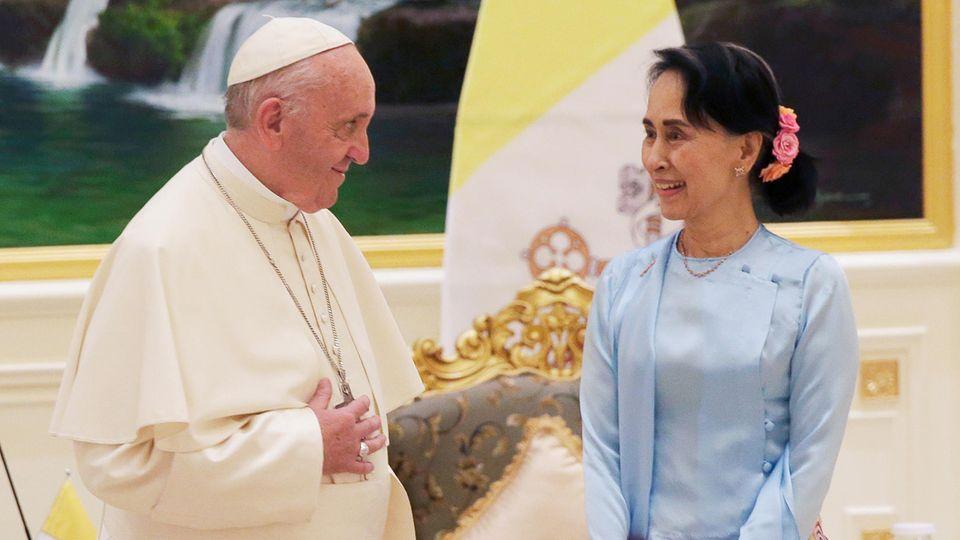 Papst Franziskus spricht mit Myanmars Regierungschefin Aung San Suu Kyi