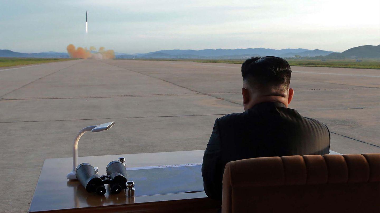 Nordkorea: Die undatierte Aufnahme zeigt Kim Jong Un bei einem Raketentest