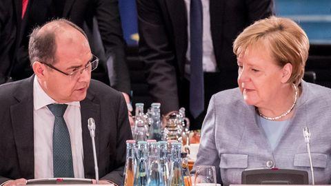 Landwirtschaftsminister Christian Schmidt und Kanzlerin Angela Merkel am Kabinettstisch