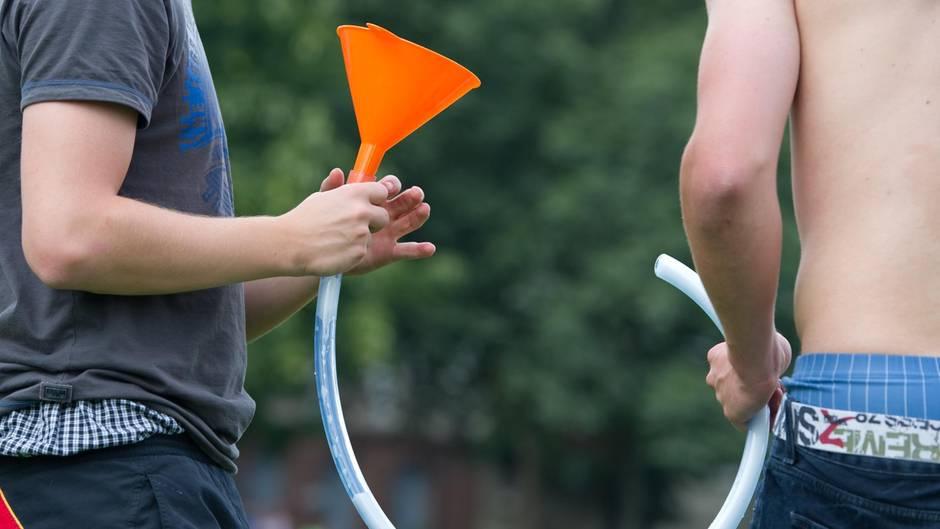 Studie zum Komasaufen: Jugendliche mit einem Trichter