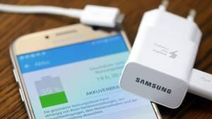 Samsung Galaxy Smartphone mit Ladegerät und Akkustandsanzeige
