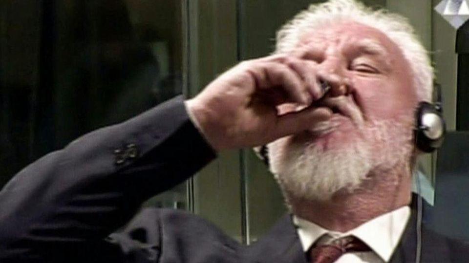 Den Haag: Der Angeklagte Slobodan Praljak trinkt vor dem UN-Tribunal Gift und stirbt