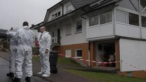 Experten der Spurensicherung der Polizei untersuchen ein Haus in Laubach (Hessen)