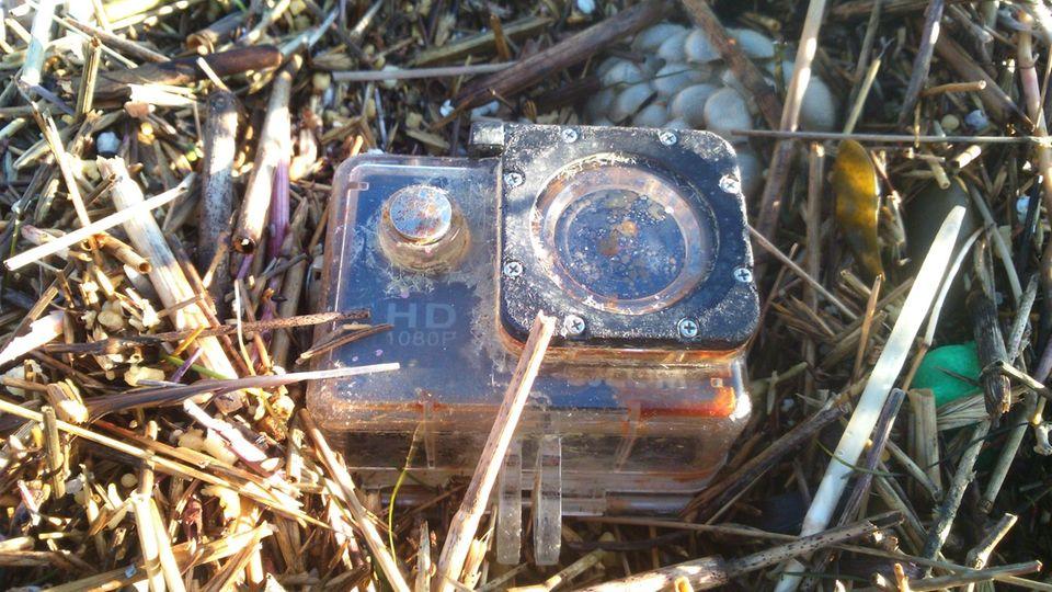 Wasserdichte Kamera im Stroh - Gerät wurde von England bis zur Hallig Süderoog geschwemmt