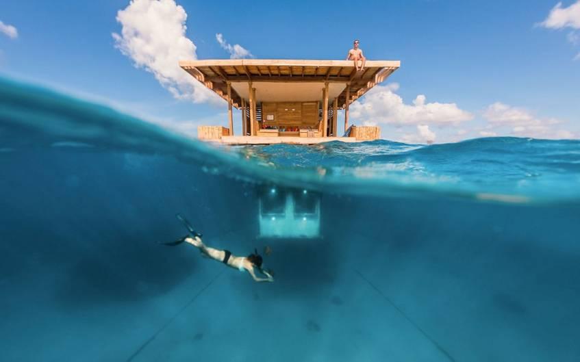 Das Besondere an diesem Hausboot, sieht man über Wasser nicht. Der Manta Underwater Room besitzt einU-Boot-Zimmer mit Unterwasser-Fenstern.
