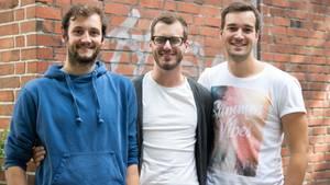 """Die drei (Andy, Peter, Lukas) sind das Projekt """"Be Japy"""". Der Name setzt sich aus den Anfangsbuchstaben der Gründer zusammen: Julian, Andreas, Peter und Yannik . Zugleich ist es eine Anspielung auf den Ausdruck """"be happy"""", zu Deutsch """"sei glücklich""""."""