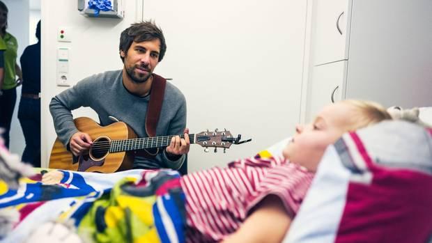Wenn Kinder zu schwach für den Konzertbesuch sind, dann kommt die Musik auch zu ihnen ans Bett. Max Giesinger spielt hier ganz allein für ein Kind im UKE Hamburg.