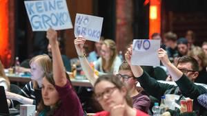 """Jusos halten auf ihrem Bundeskongress in Saarbrücken Schilder mit der Aufschrift """"Keine Groko"""" und """"No Groko"""" hoch"""