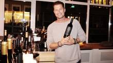 Til Schweiger mit einem seiner drei neuen Weine, dem Emma Tiger Super T, ein Cabernet Sauvignon.