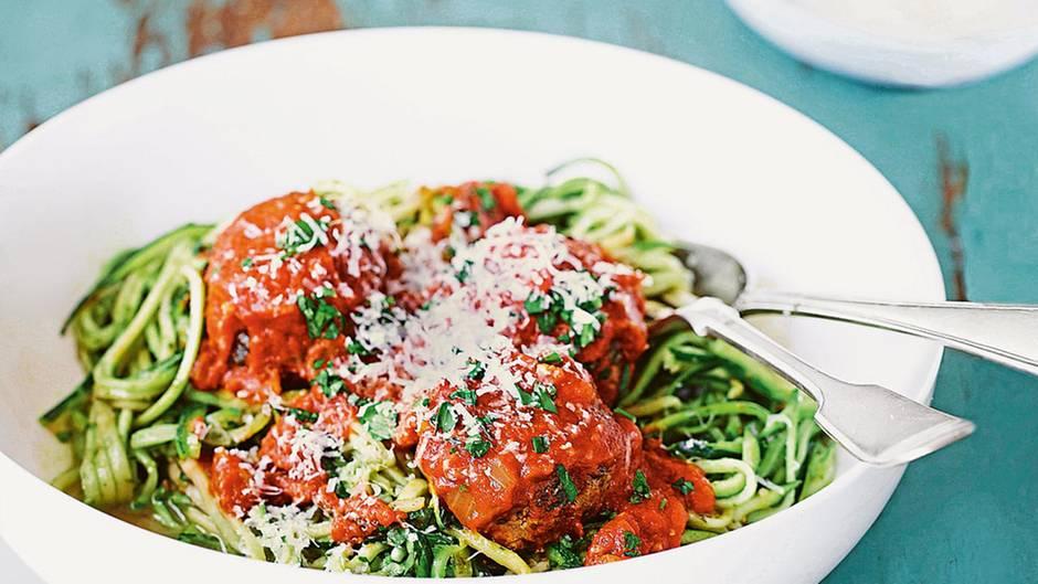 Zucchinispaghetti mit Fleischbällchen