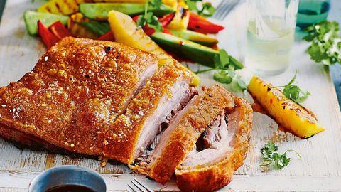 Low Carb Rezept: Schweinebauch mit Ananas-Gemüse-Salat