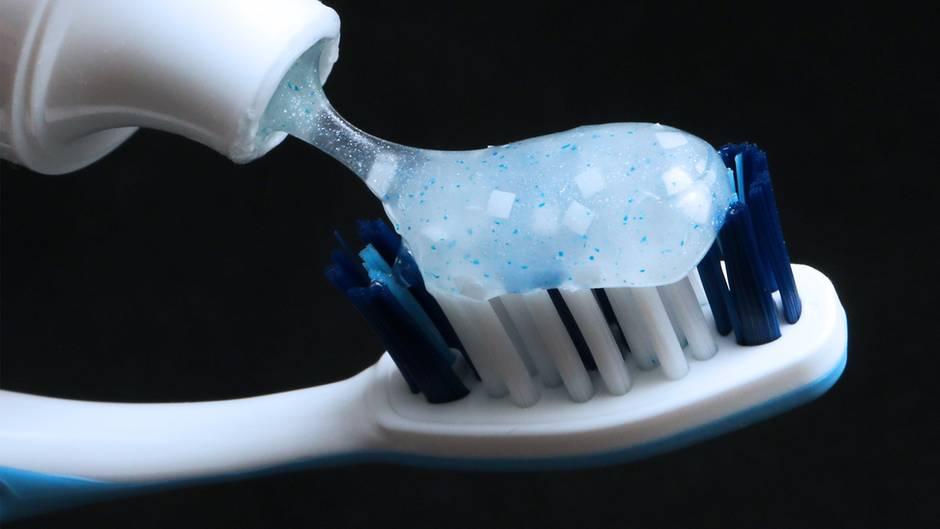 Life Hack: 14 Prozent Zahnpasta bleiben in einer leeren Tube - mit diesem Trick kommen Sie an den letzten Rest